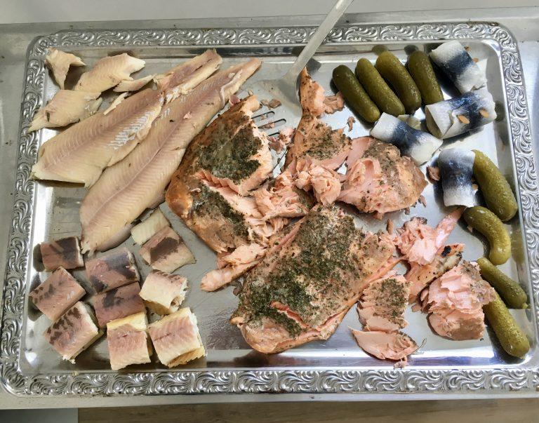 Unser Räucherfisch darf nicht fehlen , brunch, inselklause, am Elbufer, Elbblick, Ausblick, Antipasti, Räucherfisch, Müsli, Brötchen, Frühstück, Sonntagsbuffet,Bratkartoffeln