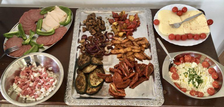 frisch gegrillte Antipasti, nach eigenem Rezeptbrunch, inselklause, am Elbufer, Elbblick, Ausblick, Antipasti, Räucherfisch, Müsli, Brötchen, Frühstück, Sonntagsbuffet,Bratkartoffeln